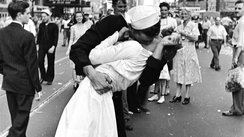 "Alfred Eisenstaedt's iconic ""V-J Day in Times Square"" photo"